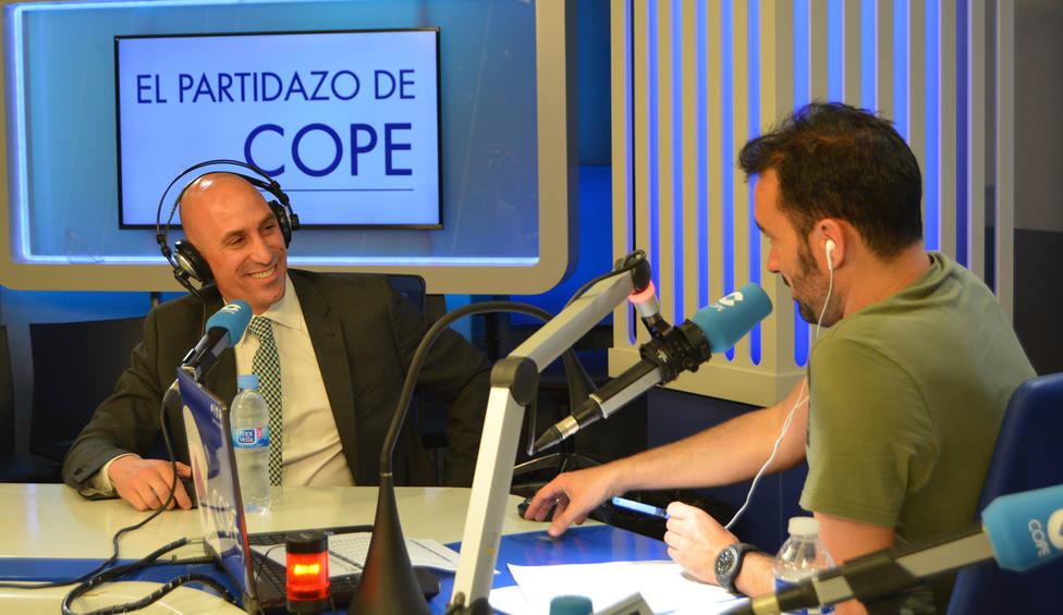 Luis Rubiales, presidente de la FEF, con Juanma Castaño, director de El Partidazo de COPE