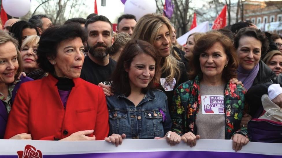 La mujer y las ministras de Sánchez en la manifestación del 8M: Dónde están, no se ven las banderas del PP