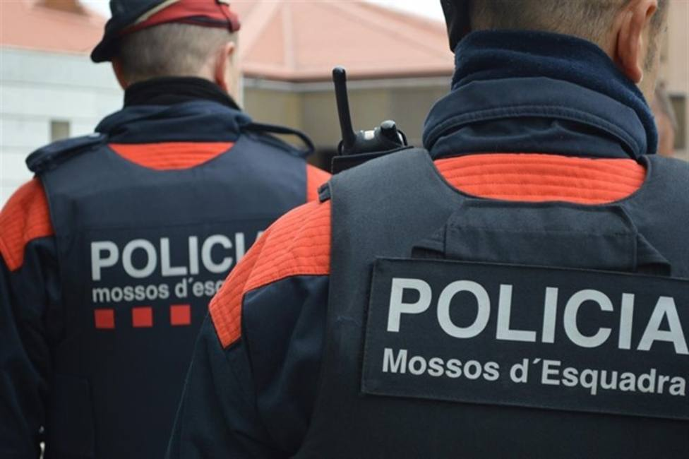 Los Mossos dEsquadra llevando a cabo un operativo policial