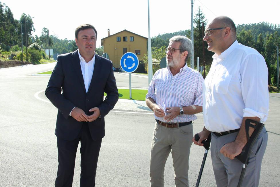 González Formoso y Alberto González en la glorieta del colegio - FOTO: Diputación