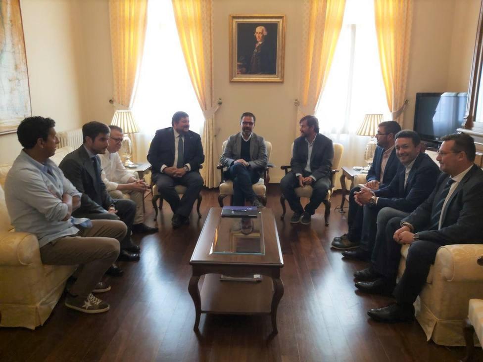 Integrantes de la junta directiva de COFER se reunieron con el alcalde de Ferrol en el Ayuntamiento