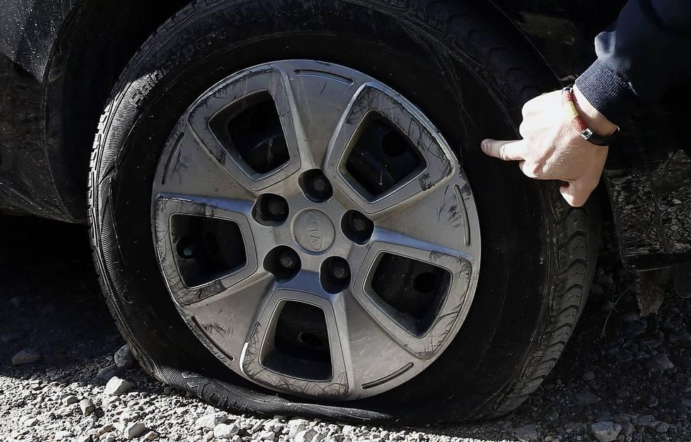 Foto de archivo de una rueda pinchada - FOTO: Efe / Jesús Diges