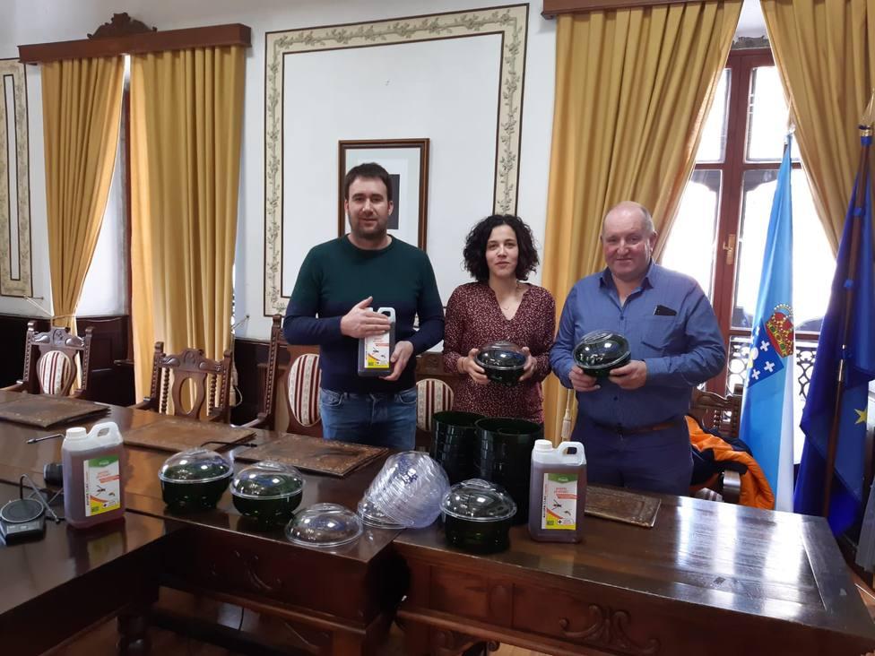 Mónica Freire con Antonio Valea y Marcos Villaamil de Os Abelleiros