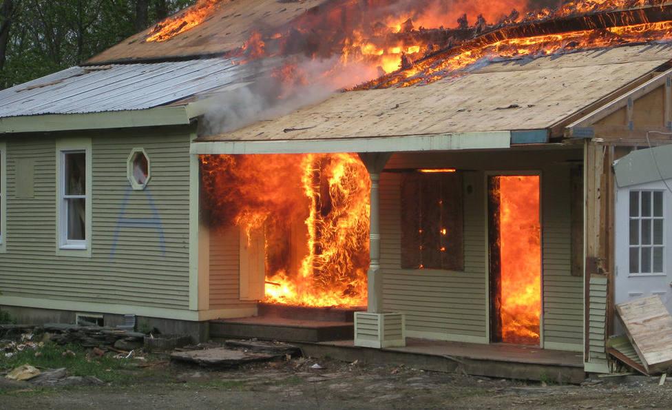 Un niño salva a su familia de un incendio después de ayudar a su hermana a salir por la ventana