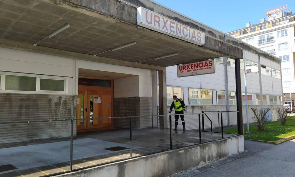 Efectivos de la UME desinfectando el centro de salud de Viveiro