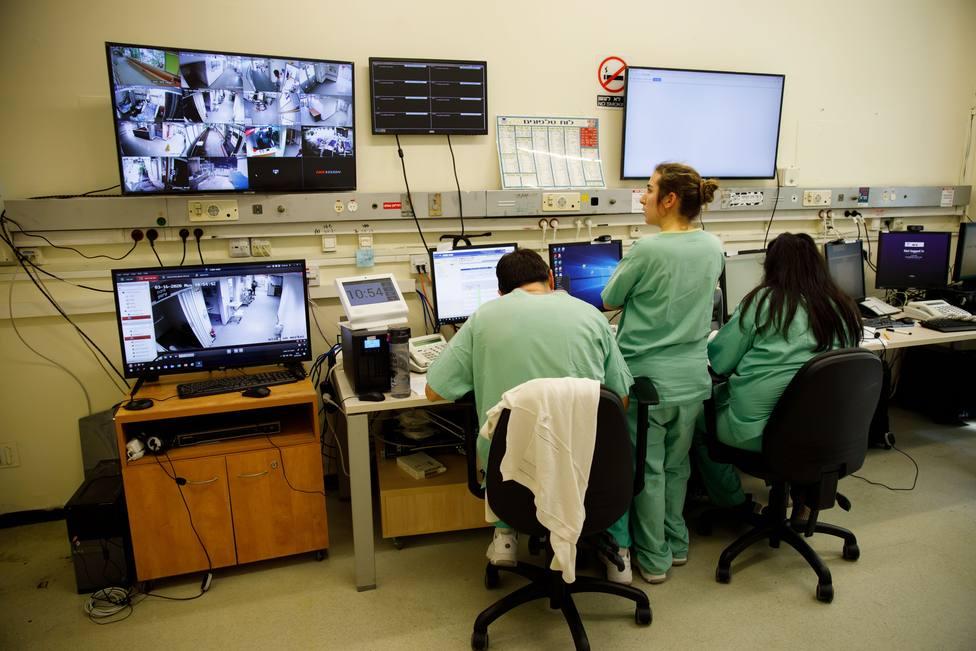 Foto de archivo de personal sanitario controlando una zona de enfermos de coronavirus