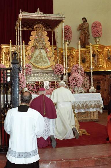 El Papa San Juan Pablo II reza ante los pies de la Virgen del Rocío en 1993