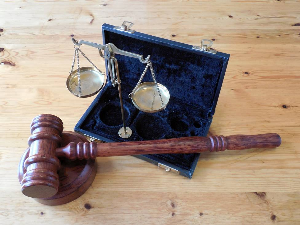 Foto de archivo de dos de los símbolos de la justicia