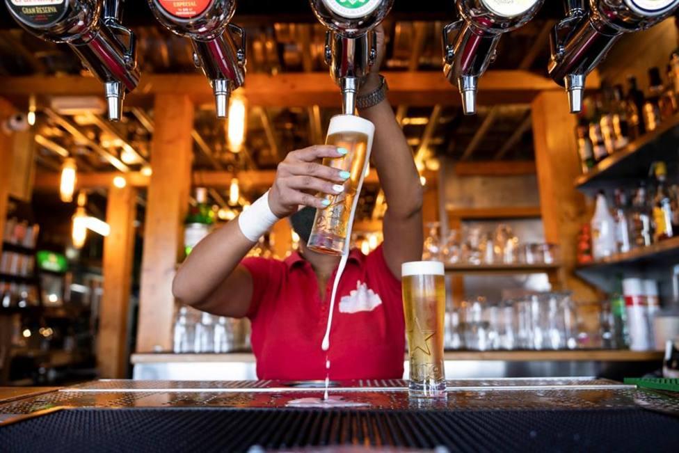 Un brote de coronavirus paraliza la producción de la cerveza más popular de Bélgica