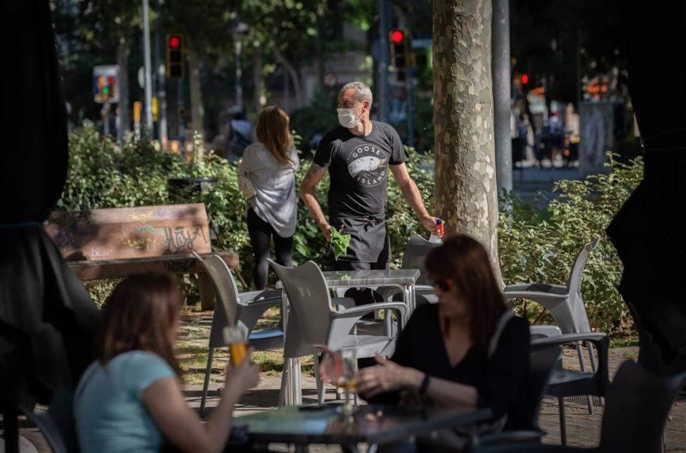 Varias personas disfrutan en la terraza de un bar durante el segundo día de la reapertura con un 50% de mesas