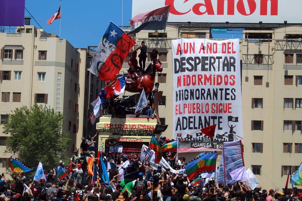 Miles de personas celebran el primer aniversario del inicio de las protestas sociales en Chile