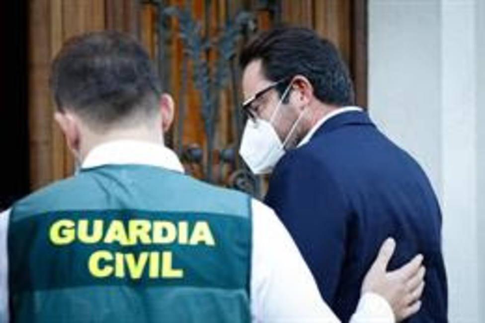 El empresario David Madí llega a su despacho de Aguas de Cataluña acompañado por un agente de la Guardia Civil