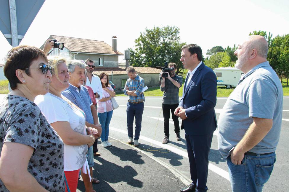 Presidente de la Diputación y alcalde en un encuentro con vecinos en 2019 - FOTO: Diputación de A Coruña
