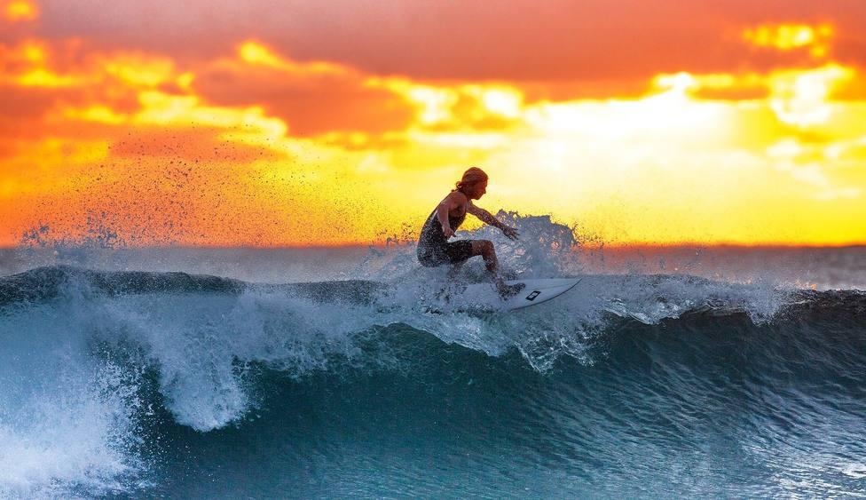 Un surfista aprovechando los últimos rayos de sol