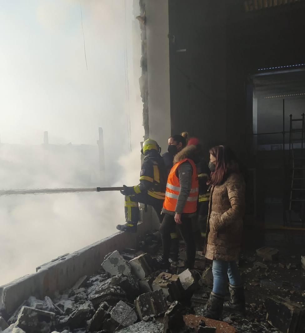Los bomberos de Lugo siguen trabajando en la zona del incendio