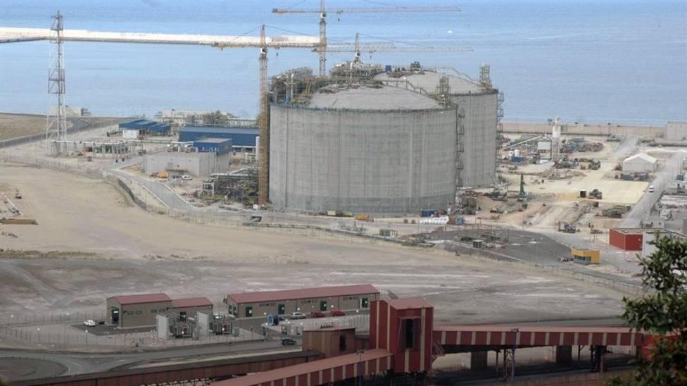 Vista de la regasificadora del Musel durante su construcción (Archivo)