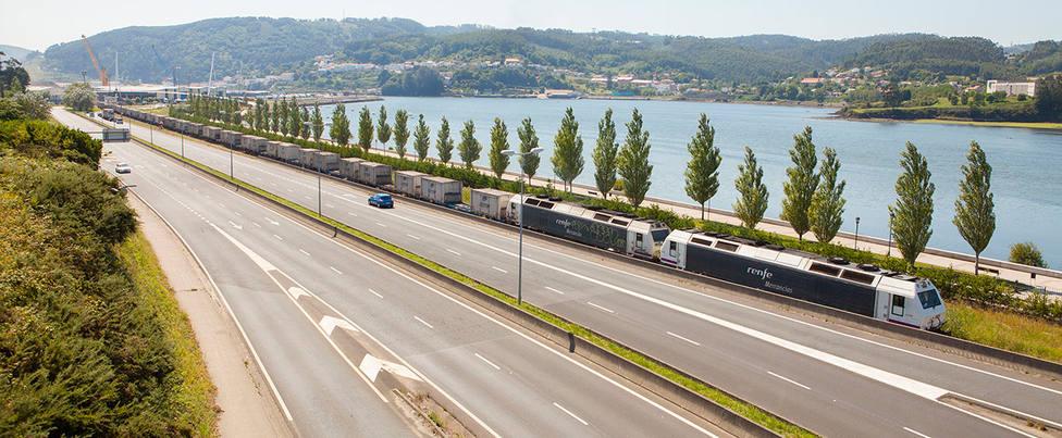 El acceso al puerto interior en A Malata contará con una tercera vía. FOTO: APFSC