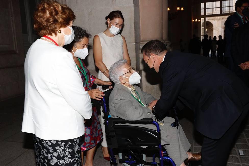 El presidente Emiliano García-Page recibe a Araceli durante el homenaje a las víctimas por la COVID