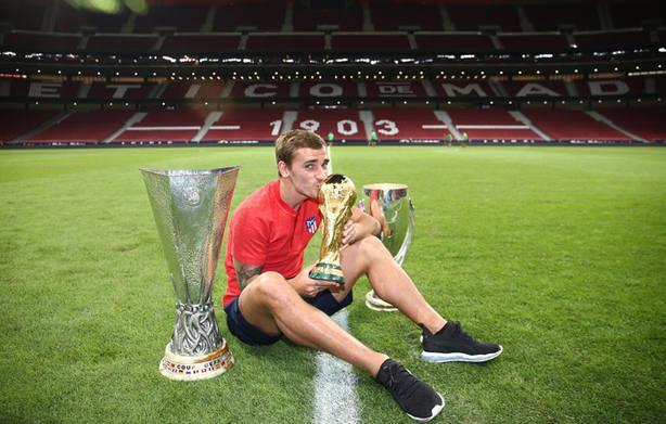 Griezmann con los tres títulos obtenidos este año