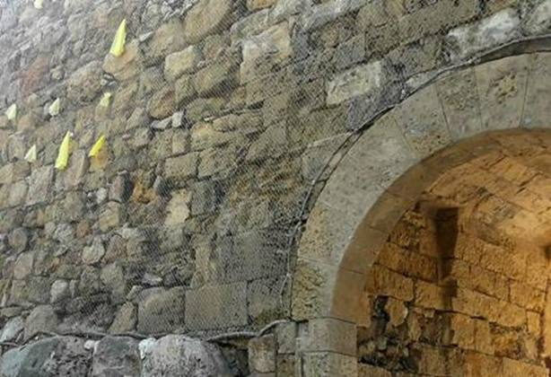 Tarragona descuelga por tercera vez los lazos amarillos de la muralla romana