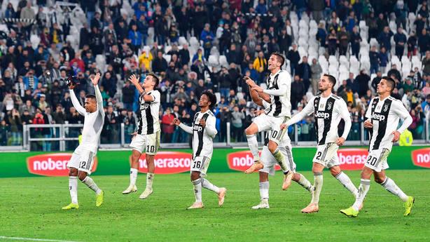 Los jugadores de la Juventus celebran la victoria ante Cagliari. EFE