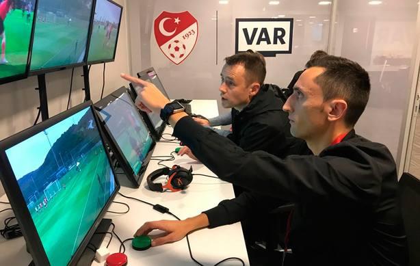 Sánchez Martínez y Martínez Munuera, instructores VAR en Estambul para la UEFA