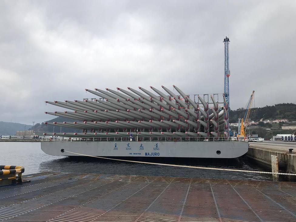 Buque con las palas de aerogenerador atracado en el Puerto de Ferrol
