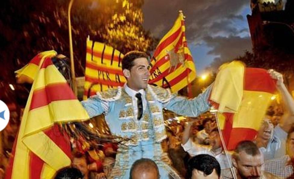 Serafín Marín, a hombros por la Gran Vía de Barcelona. EFE