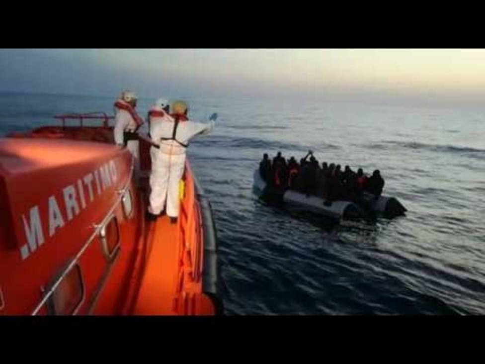 Trasladan a Motril a 47 personas rescatadas en buen estado de una patera en Alborán