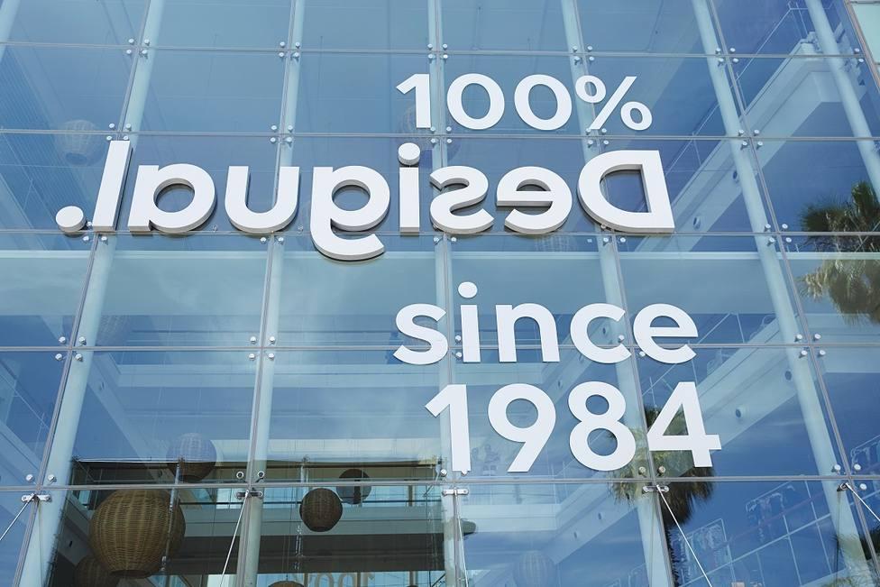 Desigual presenta una nueva identidad de marca con su logotipo escrito al revés