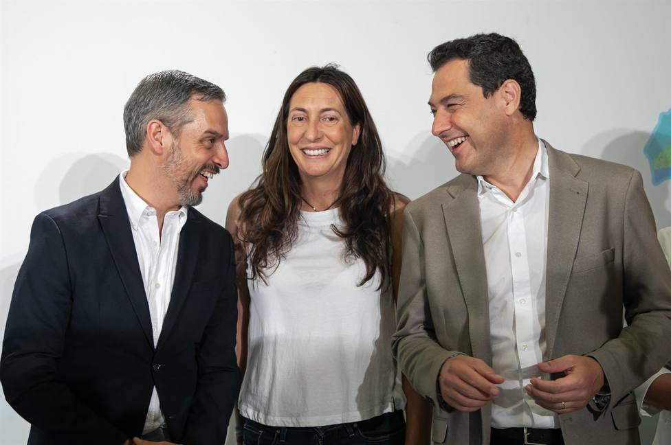 El presidente Juanma Moreno , la secretaria general del PP Loles Lopez y el Consejero de Hacienda Juan Bravo