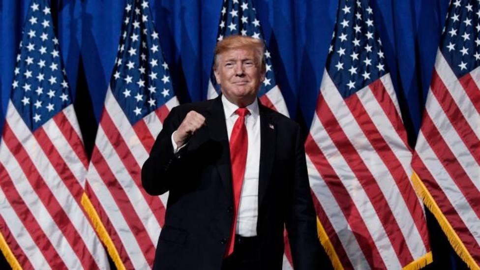 Trump ordena que las banderas nacionales institucionales ondeen a media asta en todo el mundo