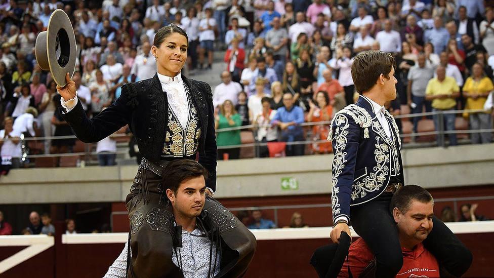 Lea Vicens y Guillermo Hermoso de Mendoza en su salida a hombros en Logroño