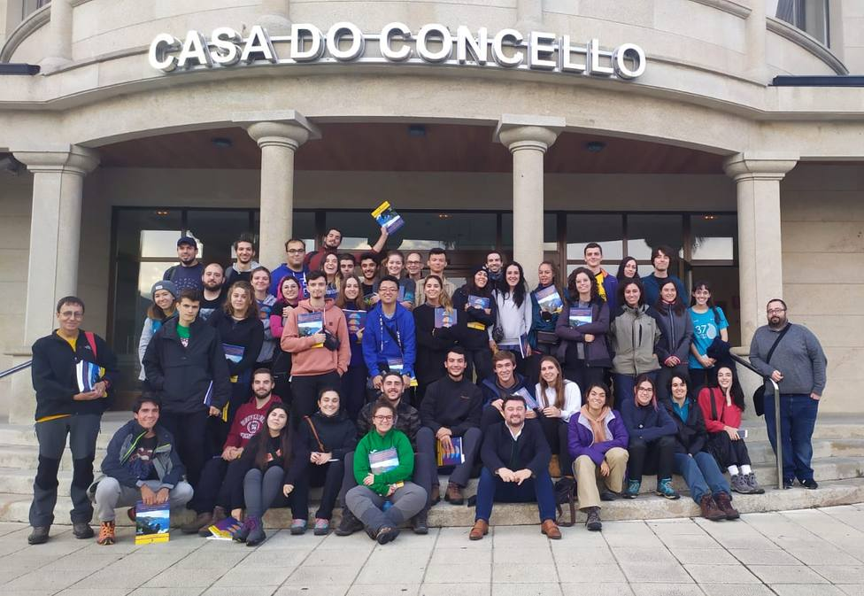 Alumnos de geología de la Universidad Complutense con el alclade de Cariño - FOTO: Concello de Cariño