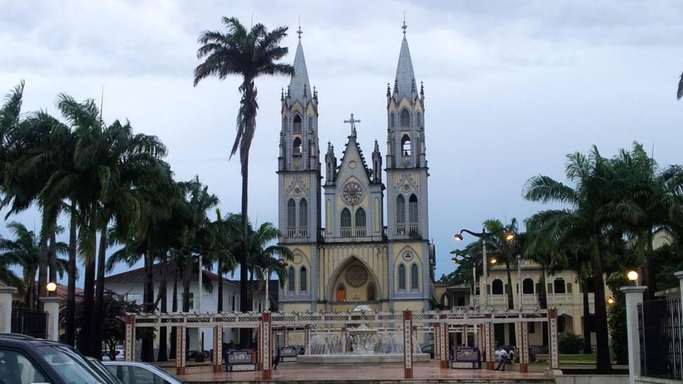 Un incendio destruye parte de la histórica Catedral de Malabo en Guinea Ecuatorial