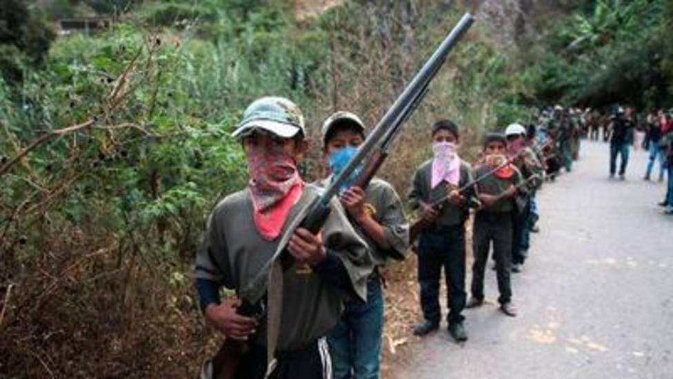 Niños con fusiles que actúan como policías, una vergonzosa realidad en el estado mexicano de Guerrero