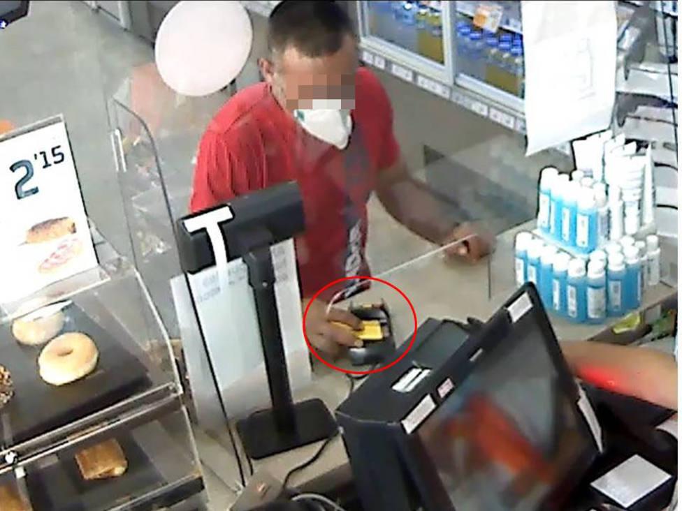 Imagen del detenido pagando en un comercio (Guardia Civil)