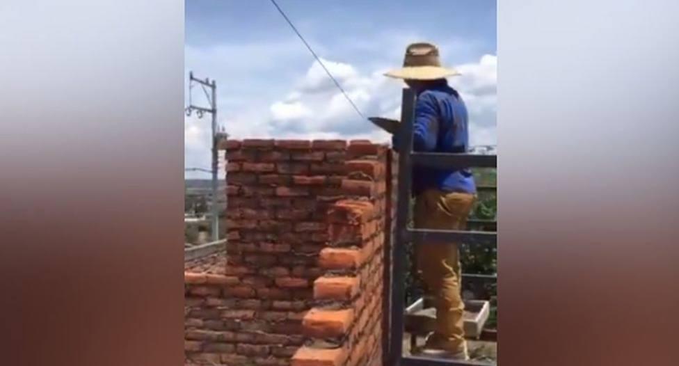 El error surrealista de dos albañiles tras construir una habitación que se ha hecho viral en todo el mundo