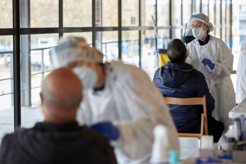 Sanitarios realizan test para detectar el coronavirus. EFE/David Borrat/Archivo