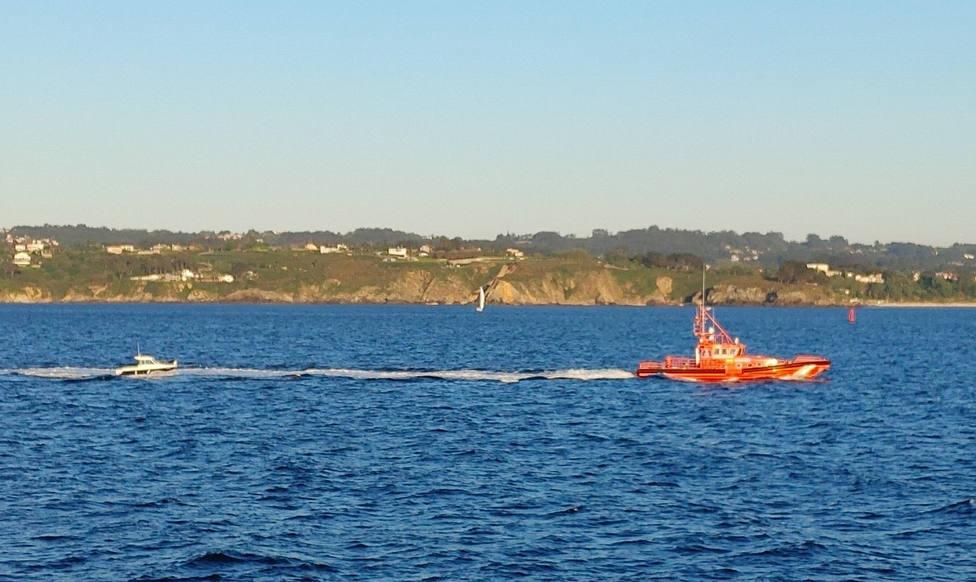La embarcación remolcada hacía el muelle de Oza, en A Coruña - FOTO: @EloyTP