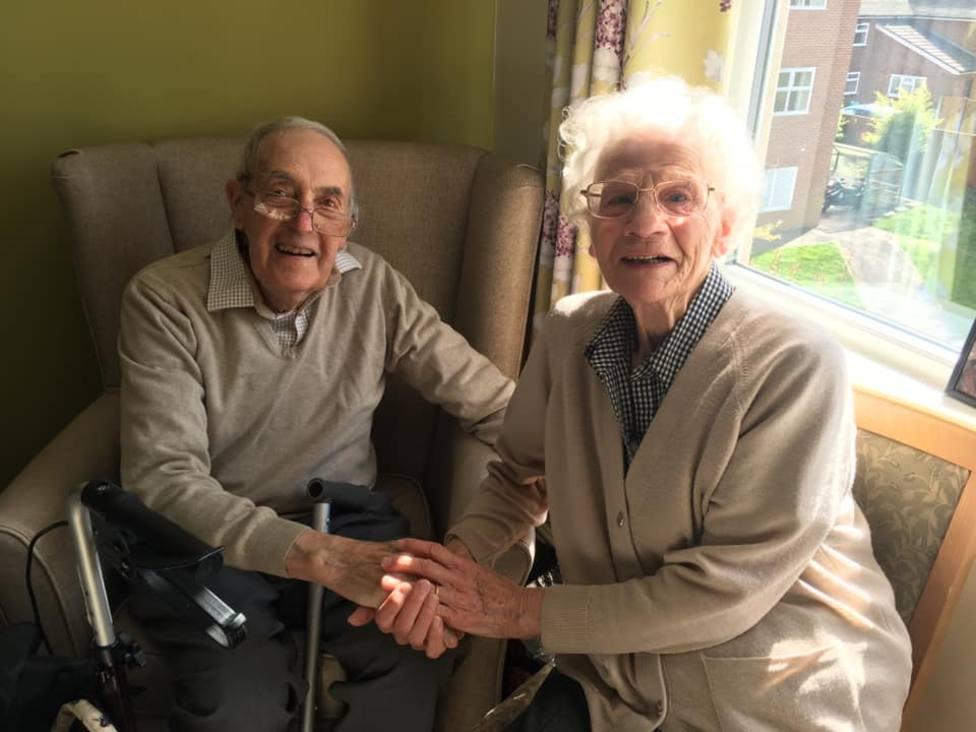 Besos y abrazos en el emocionado reencuentro de dos ancianos británicos tras meses separados por el COVID