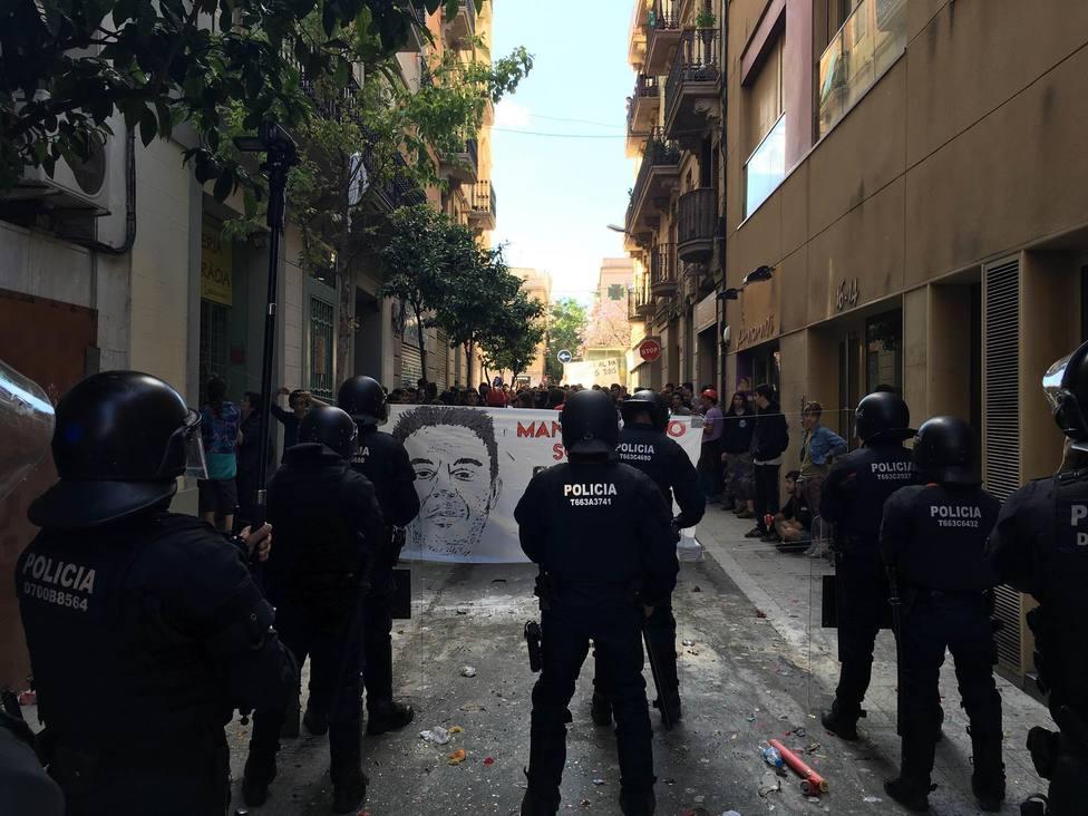 Mossos dEsquadra ante activistas del Banc Expropiat de Gràcia - Europa Press - Archivo
