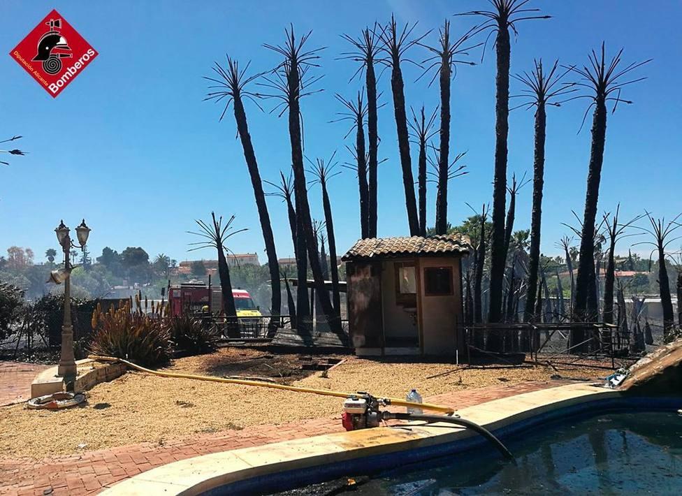 Dos heridos y diez evacuados por un incendio de vegetación en Villajoyosa