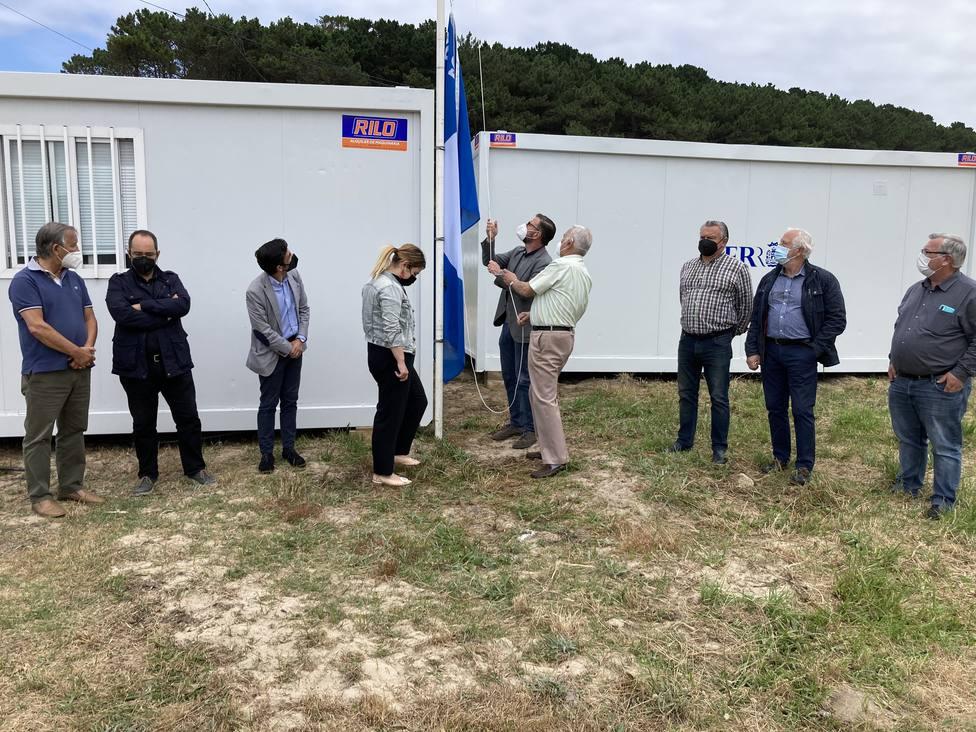 Participantes en el acto simbólico de izado de la bandera azul en Doniños - FOTO: Concello de Ferrol