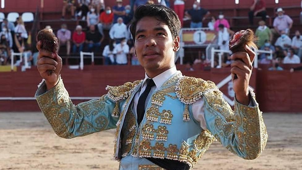 Leandro Gutiérrez con las dos orejas cortadas este sábado en Navas del Rey