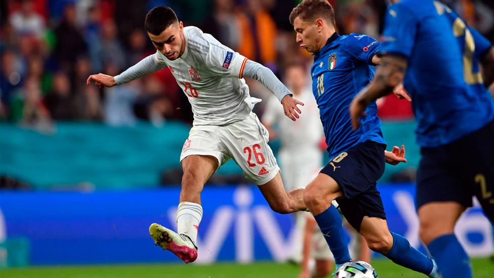 Pedri supera a Nico Barella durante el Italia - España en la Eurocopa 2020. EFE