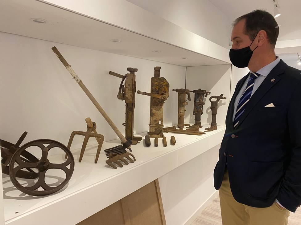 Juan Rodríguez, alcalde de Alpedrete, en el museo de los canteros