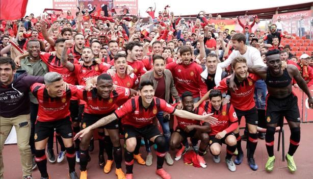Los jugadores del Mallorca, celebrando el título de liga ayer.