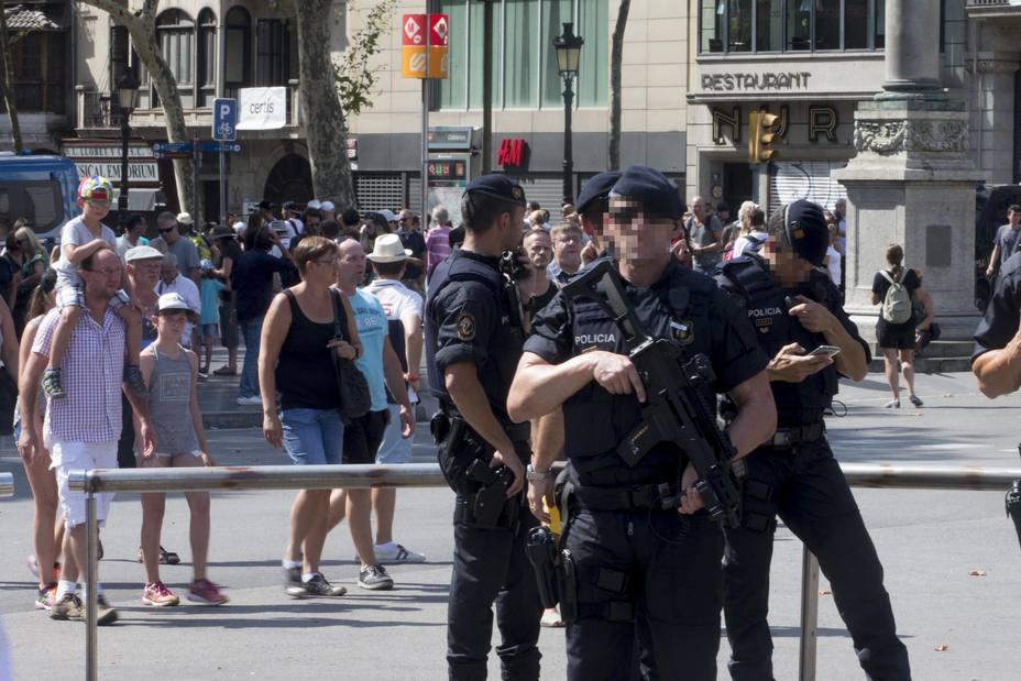 LOS CIUDADANOS DEJAN FLORES Y VELAS EN LAS RAMBLAS PARA RECHAZAR LA VIOLENCIA