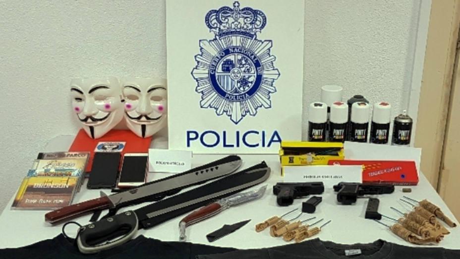 Material incautado a los detenidos por acosar y amenazar a agentes de la Policía Nacional